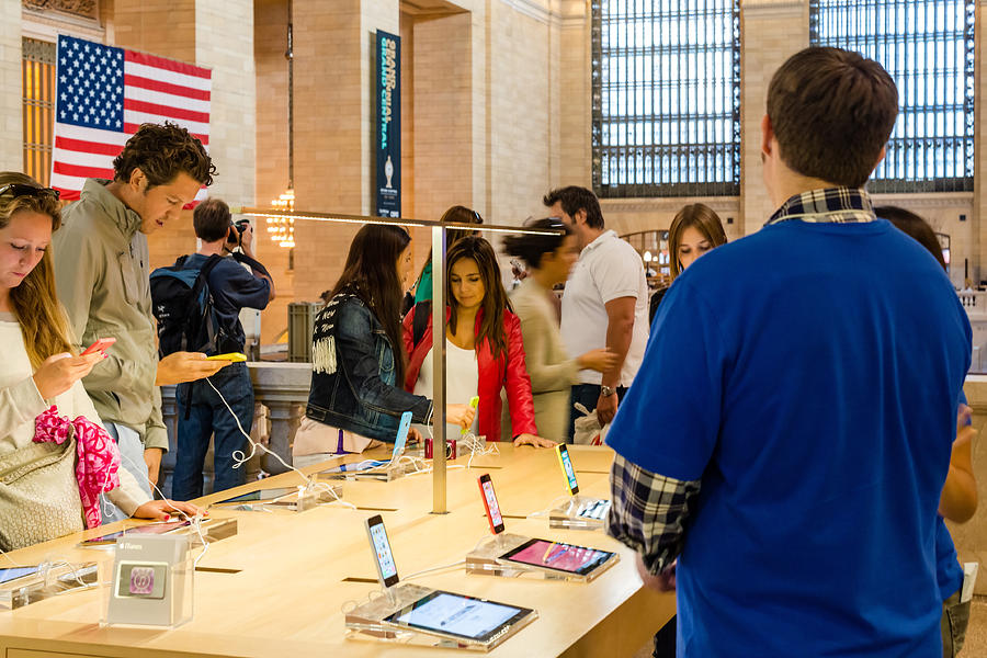 apple-iphone-5c-in-the-apple-store-in-grand-central-station-frank-gaertner